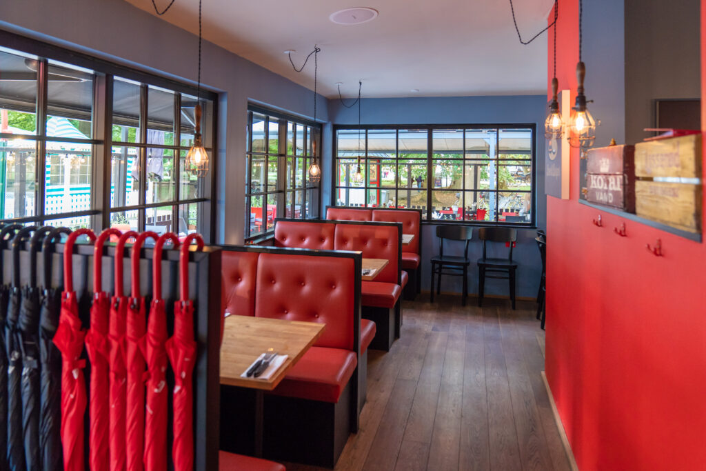 Ilæ Burger, restauranten med røde sæder.